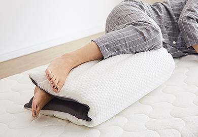 横寝のときは足と足の間に挟んで